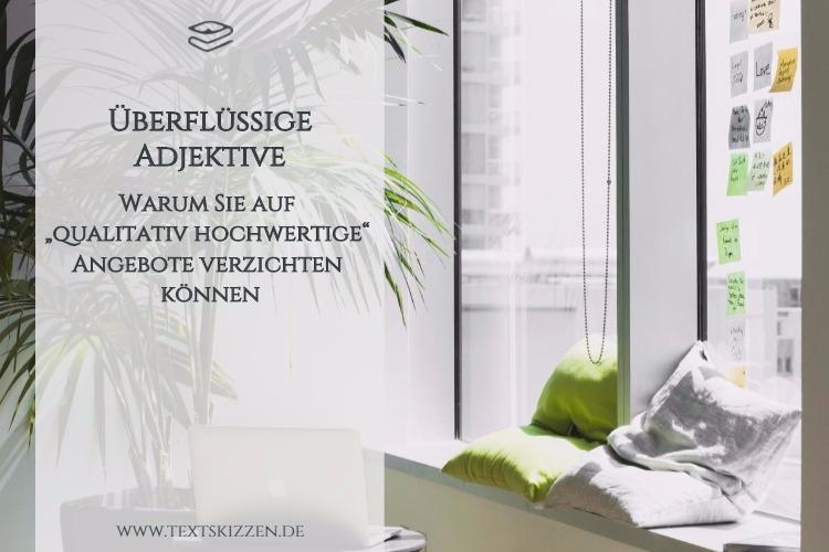 Überflüssige Adjektive in Werbetexten; Motiv Büro mit Schreibtisch, Macbook, Kissen und Zimmerpalme