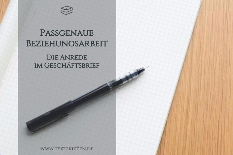 Anrede im Geschäftsbrief; Motiv Schreibtisch mit Notizblock und Stift