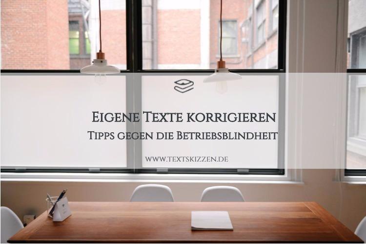 Eigene Texte korrigieren: Motiv Holztisch mit Notizblock, Stiften und vier Stühle