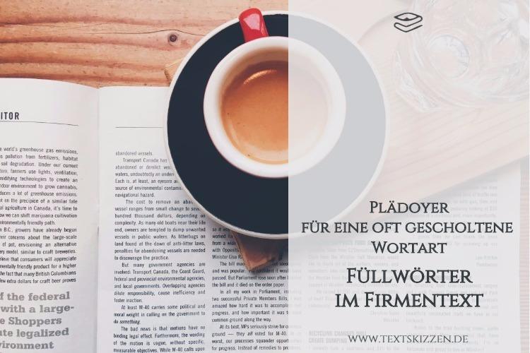 Plädoyer für Füllwörter in Firmentexten: Motiv Schreibtisch mit aufgeschlagenem Magazin, Kaffeetasse und Wasserglas
