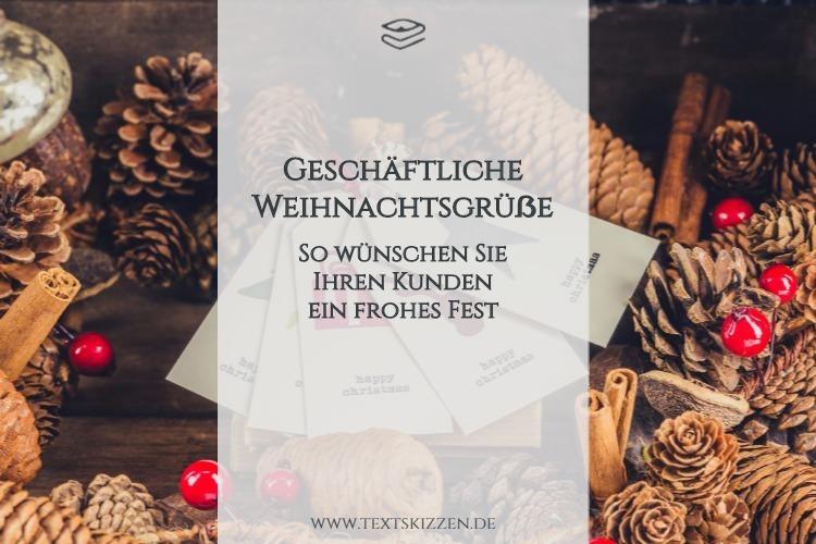 Geschäftliche Weihnachtsgrüße: So wünschen Sie Ihren Kunden ein frohes Fest. Motiv Weihnachtskarten und Kiefernzapfen auf Holztisch