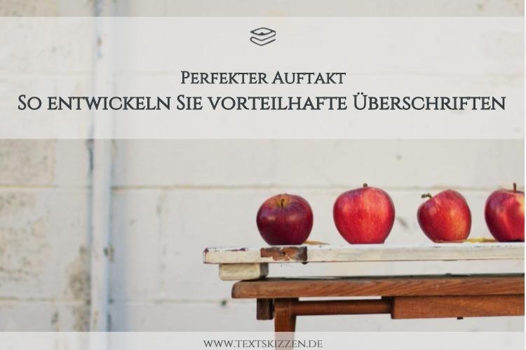 """Holztisch mit vier roten Äpfeln vor weißer Steinwand; Schriftzug """"So entwickeln Sie vorteilhafte Überschriften"""""""
