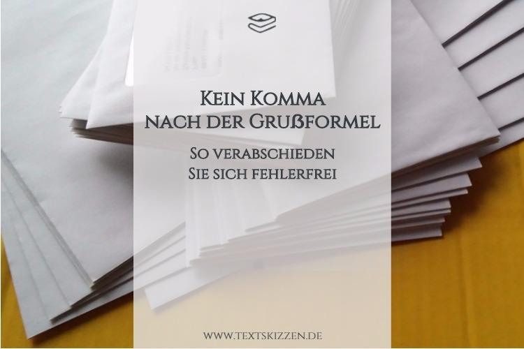 Kommasetzung bei Grußformeln von Briefen: Motiv Briefumschläge auf postgelbem Grund