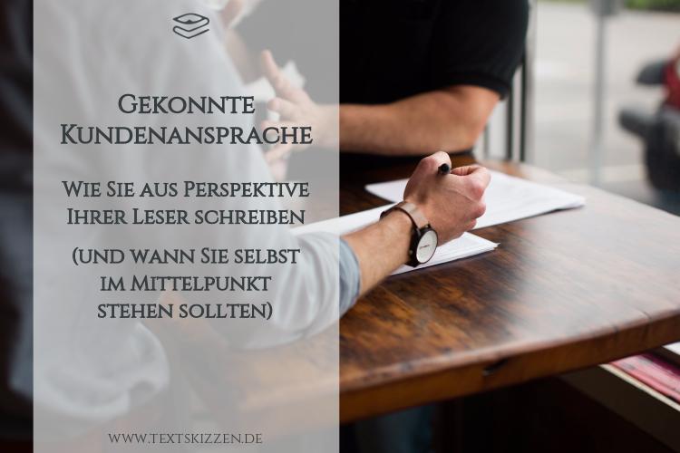 Direkte Kundenansprache: Zwei Männer mit Unterlagen im Gespräch