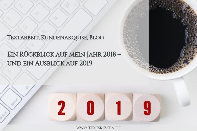 Rückblick auf das Geschäftsjahr 2018, Ausblick auf 2019: Computertastatur, Kaffeetasse und vier Würfel mit dem Aufdruck 2019