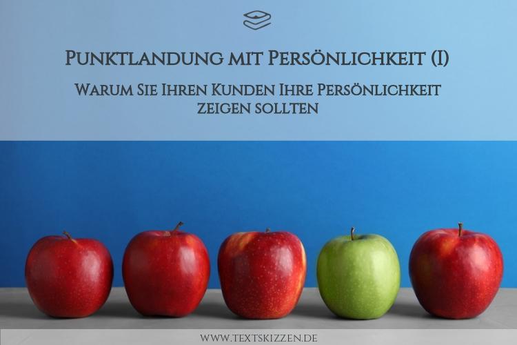 Warum Unternehmer Persönlichkeit zeigen sollten: Vier rote Äpfel und ein grüner Apfel vor blauem Hintergrund