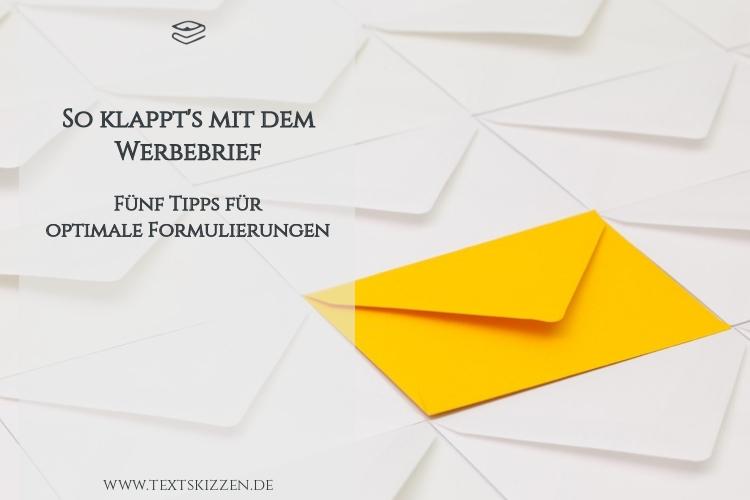 Werbebriefe schreiben: Mehrere weiße Briefumschläge und ein gelber Briefumschlag auf einem Tisch