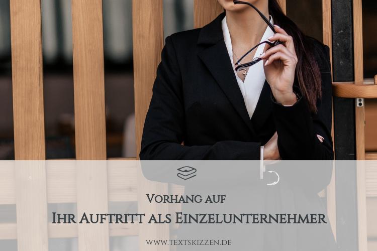 Selbstdarstellung und Kommunikation als Einzelunternehmer: Frau mit schwarzem Blazer, weißer Bluse und verschränkten Armen