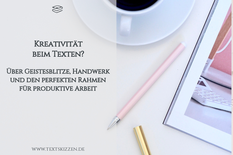 Kreativität in Werbetexten: weißer Schreibtisch mit Kaffeetasse, Stiften und eingerahmtem Foto