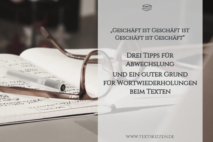 Synonyme und Wiederholungen im Werbetext: Notebook, Notizbuch, Brille und Stift auf Schreibtisch