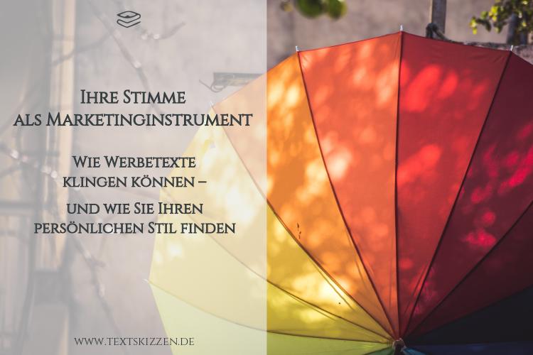 Tone of Voice: Persönliche Sprache als Marketingsinstrument. Beitragstitel vor buntem, aufgespanntem Regenschirm