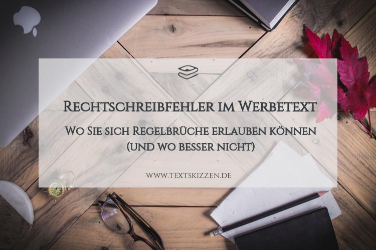 Wortspiele im Firmentext: Holztisch mit Notebook, Brille, Notizbuch, Stift und roten Blättern