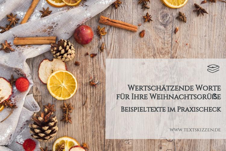 Beispieltexte für geschäftliche Weihnachtsgrüße: Holztisch mit getrockneten Äpfeln, Orangen, Blüten und Lärchenzapfen