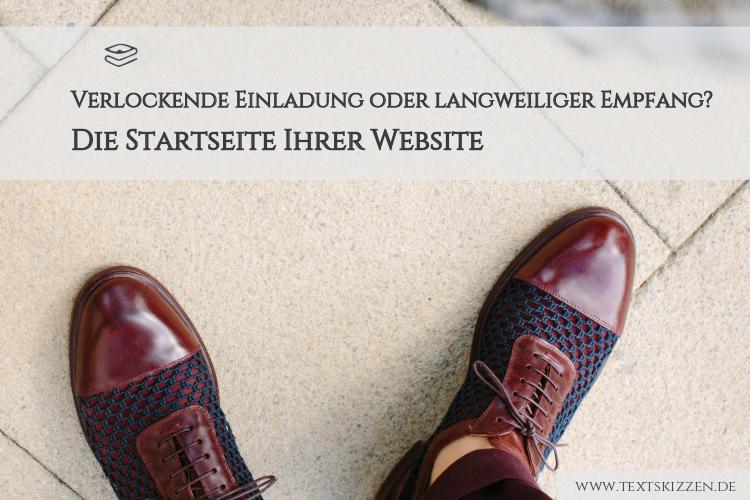 Tipps für die Startseite Ihrer Website: Draufsicht auf Männerfüße in Schnürschuhen auf Pflasterboden