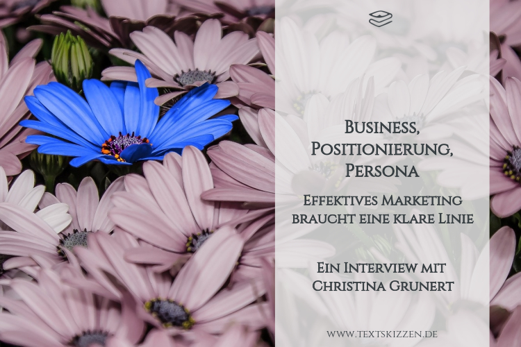 Positionierung und Persona: Tipps fürs Marketing. Viele blass violette Margeritenblüten und eine leuchtend blaue Blüte.