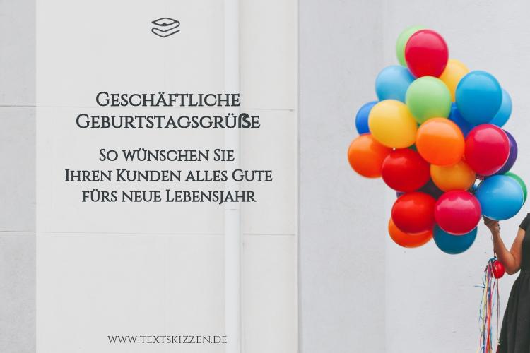 Geschäftliche Geburtstagsgrüße: Frau mit Luftballons vor einer grauen Wand