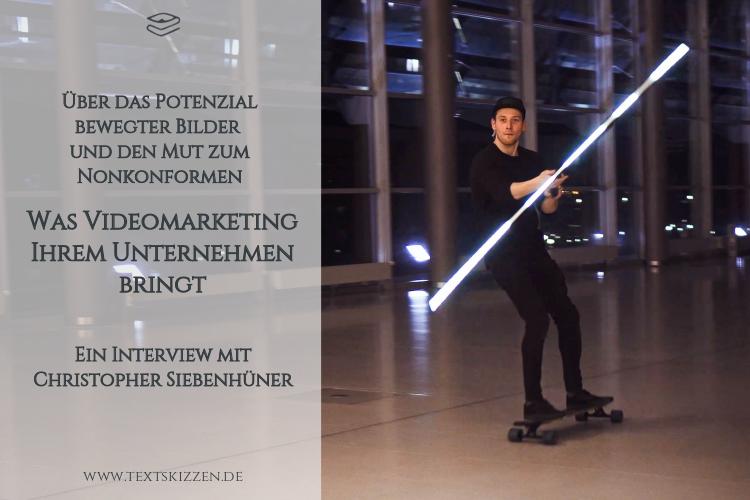 Videomarketing für Unternehmen: Filmset Foyer mit Glasfassade und jungem Mann auf Skateboard