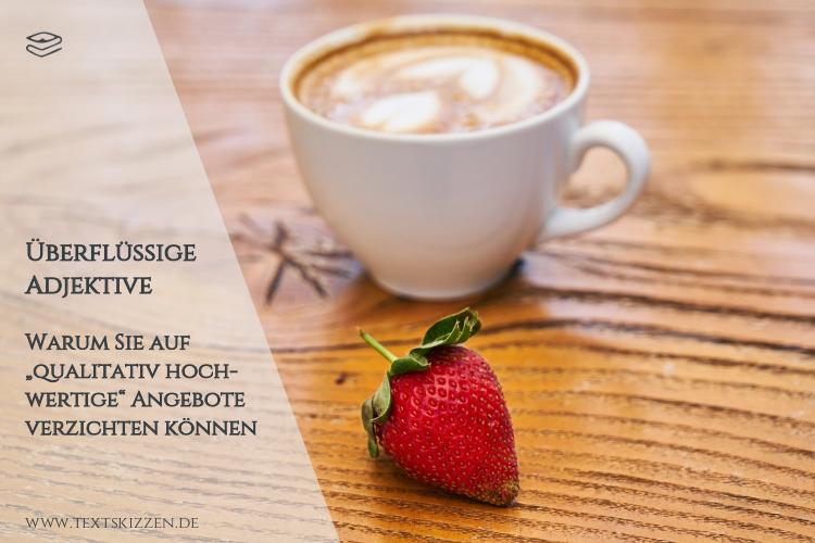 Überflüssige Adjektive: Kaffeetasse, vor der eine Erdbeere liegt