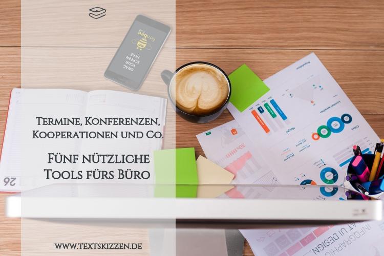 Nützliche Tools fürs Büro: Schreibtisch mit Computer, Kalender, Zetteln, Stiften und Kaffeetasse