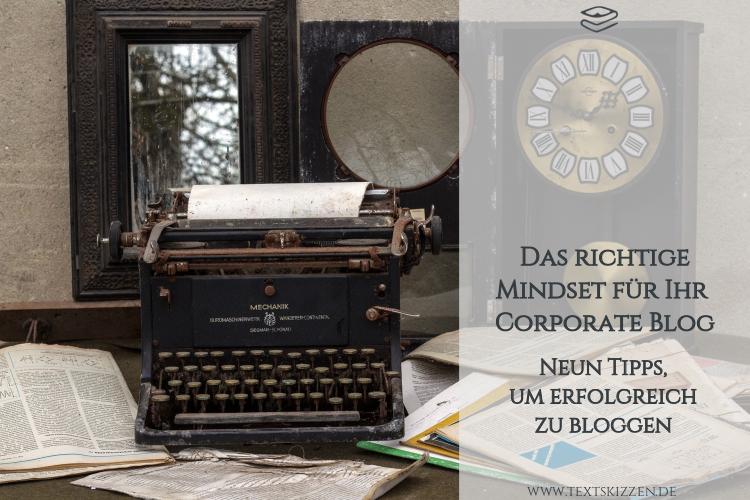 Das richtige Mindset für das Corporate Blog: Schreibmaschine, Papiere und Uhr auf einem Tisch