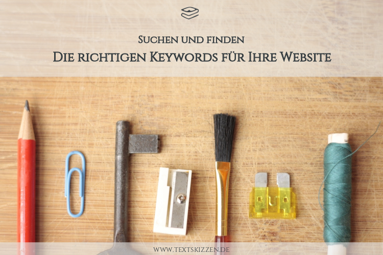 Keyword-Recherche, die richtigen Keywords finden: Tisch mit Bleistift, Büroklammer, Schlüssel, Spitzer, Pinsel und Faden