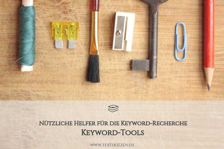 Kostenlose Keyword-Tools und Keywords analysieren: Bleistift, Büroklammer, Schlüssel, Spitzer, Pinsel und Faden auf Holztisch
