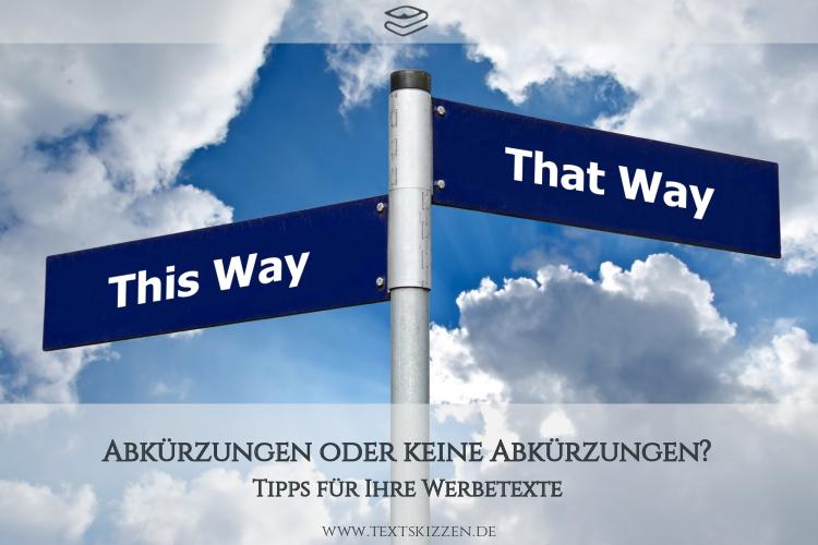 """Abkürzungen in Werbetexten: Straßenschilder mit den Bezeichnungen """"This Way"""" und """"That Way"""" vor Wolkenhimmel"""