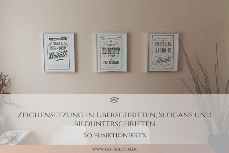Zeichensetzung in Überschriften: Schreibtisch, zwei Stühle und weiße Wand mit drei gerahmten Text-Grafiken